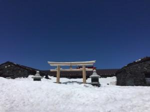 残雪期の山頂はまだ雪の下ですが、シーズンまでにはいつも溶けてなくなっていますね。